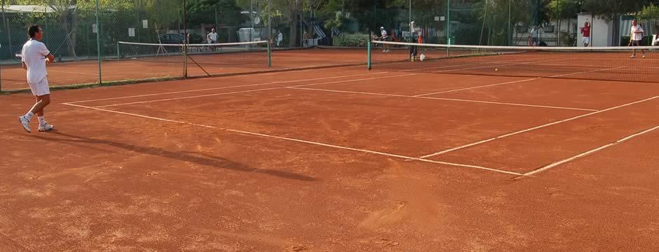 TENNIS >> con 2 campi da tennis in terra battuta ed illuminati, sembrà di giocare a Wimbledon!